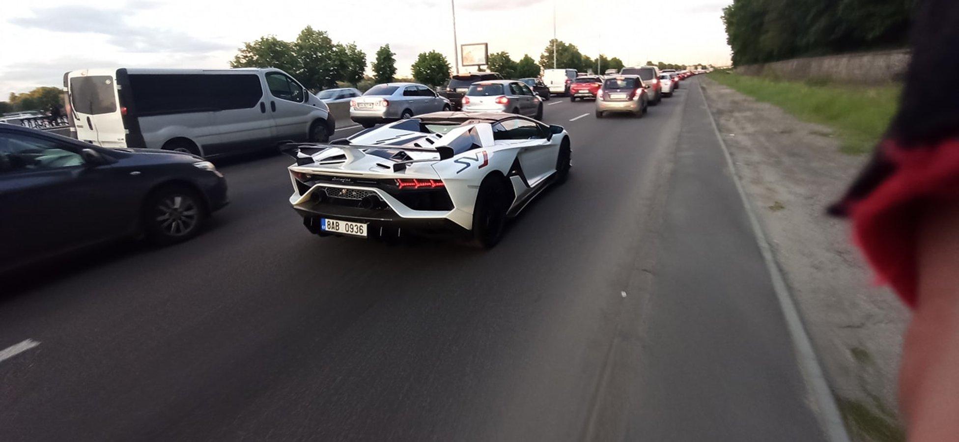 """В Києві Lamborghini """"на бляхах"""" виявися повільнішим, ніж велосипедист"""