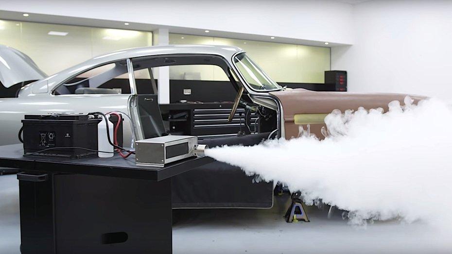 Відео: як влаштовані шпигунські механізми у класичному Aston Martin DB5 Джеймса Бонда