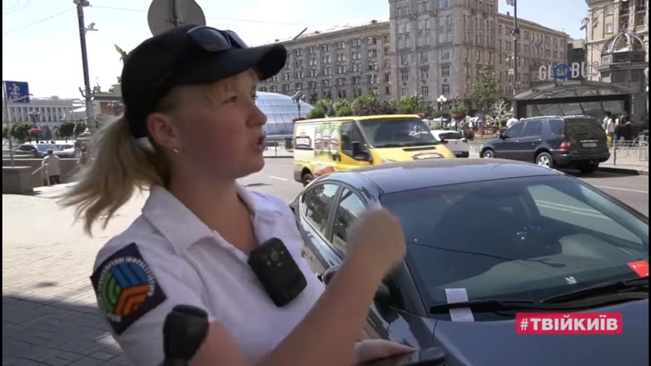 Як попереджають власників неправильно припаркованих автомобілів в Києві: відео