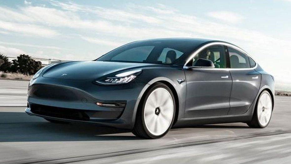 На бориспільській трасі розбили перший електромобіль Tesla Model 3
