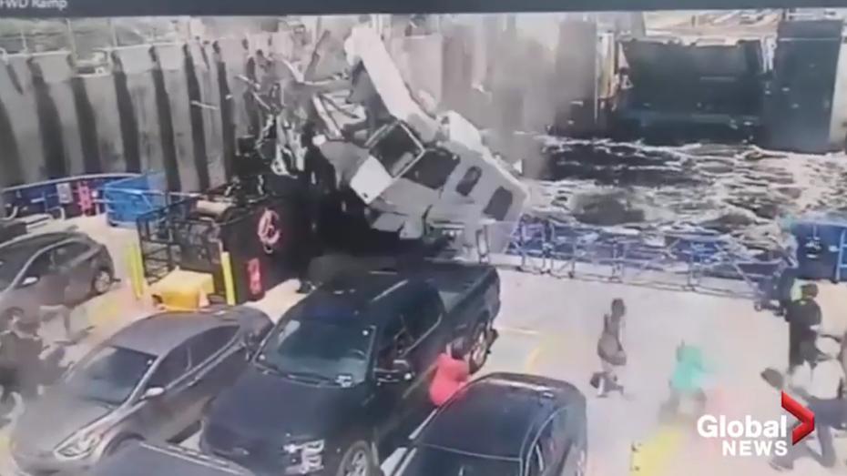 Будинок на колесах втратив керування і впав на пором, водій загинув (відео 18+)