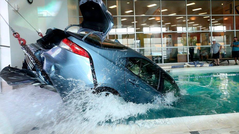 Приплили: водій припаркувався у басейні спортклубу