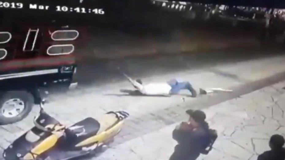 За погану дорогу мера прив'язали до пікапа і тягнули вулицею: відео