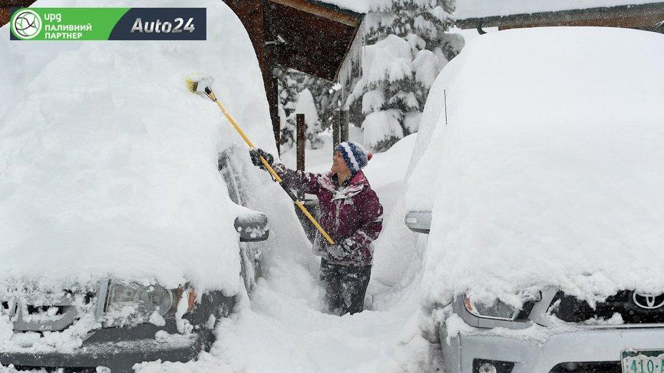 Чем лучше счищать снег с машины