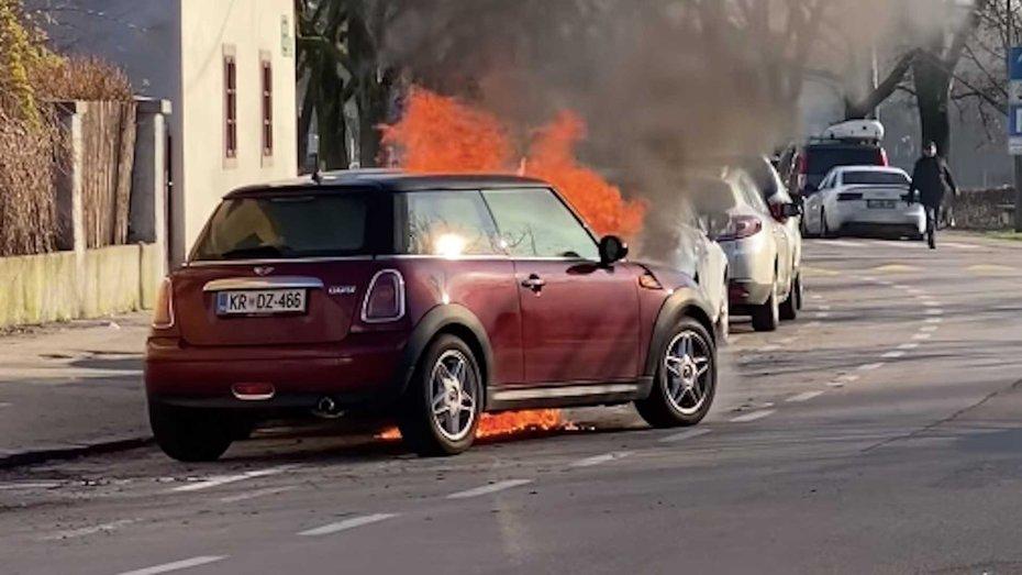 Відео: палаючий MINI Cooper без водія всередині їде сам і розштовхує інші машини