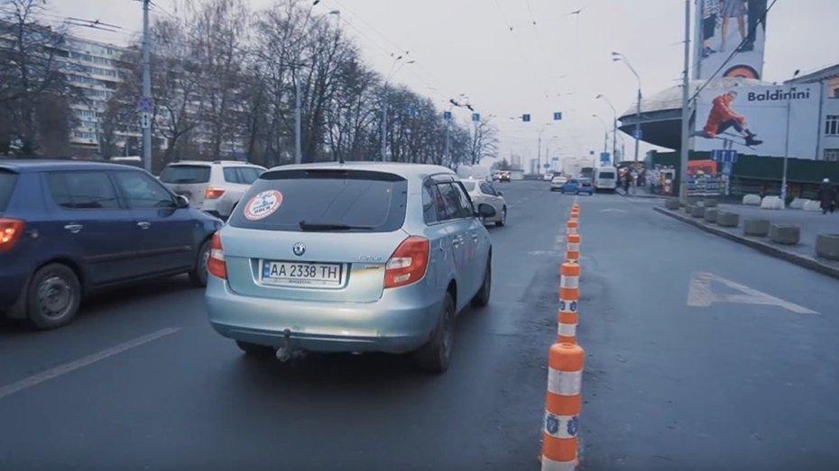 Таксисти: стояти в другій смузі руху дешевше, ніж у першій