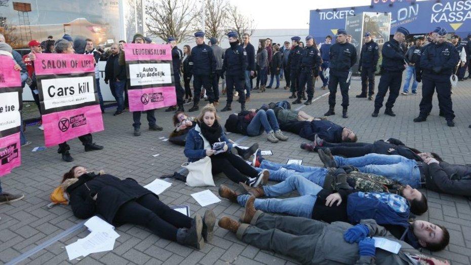 Поліція затримала більше 100 еко-активістів під час автошоу в Брюсселі