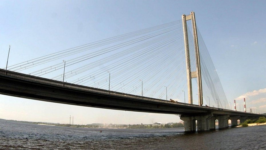 У Києві обвалилась частина Південного мосту