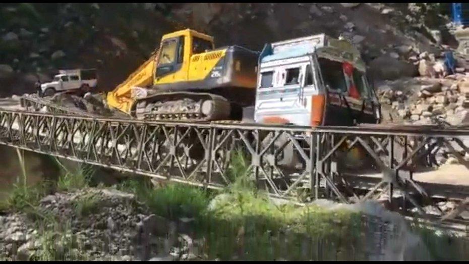Моторошний обвал мосту з технікою і людьми потрапив на відео