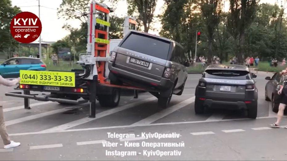 В Києві Range Rover впав з евакуатора: відео