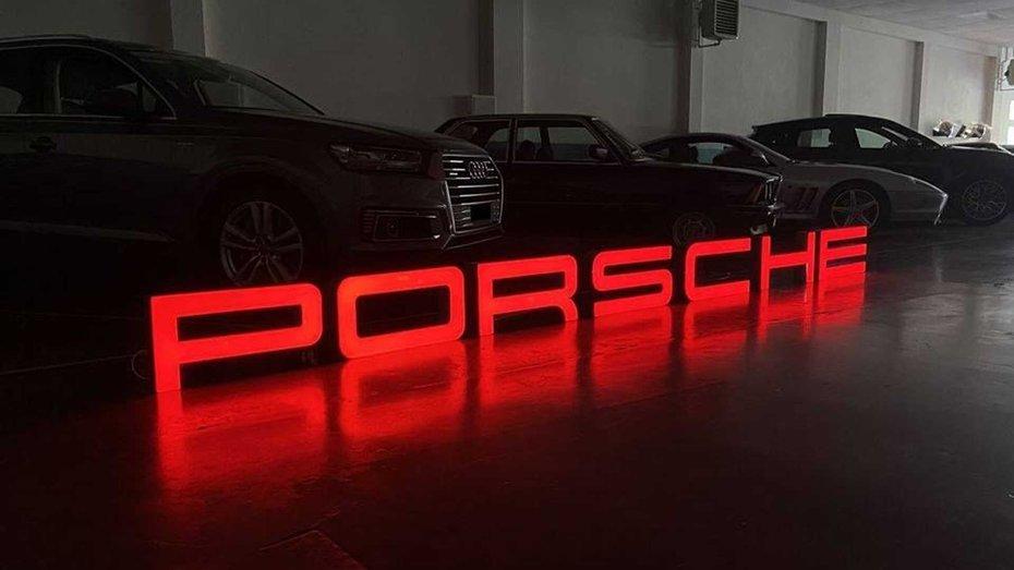 Величезні вивіски автосалонів Porsche розпродують по 12 тисяч доларів за штуку