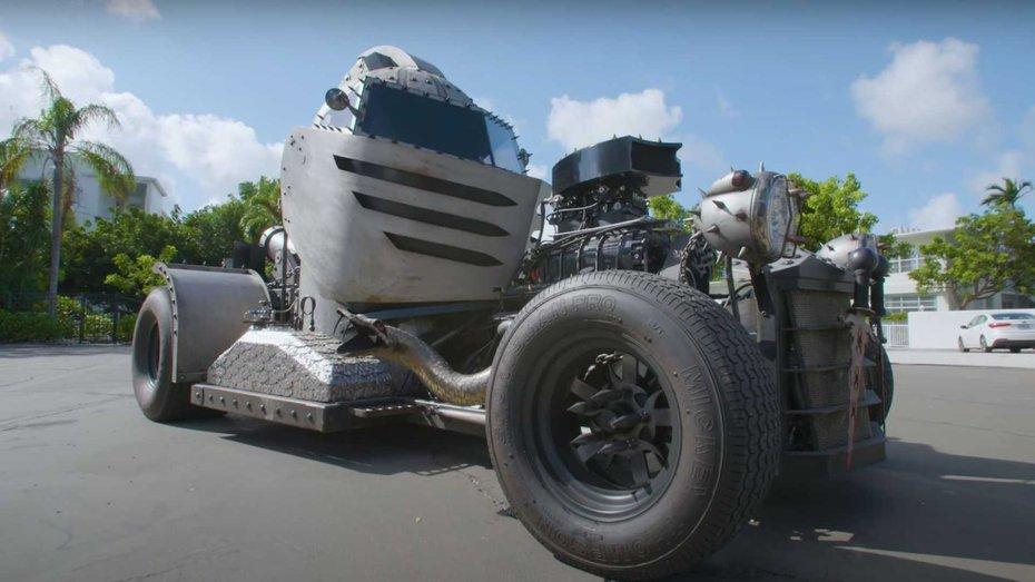 Умілець змайстрував автомобіль у формі середньовічного шолома: відео